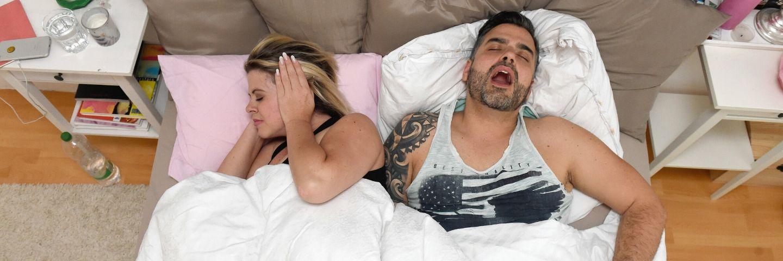 couple au lit avec un homme qui ronfle