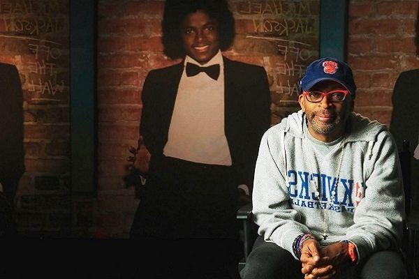 Spike Lee est assis devant un portrait de Michael Jackson (retourné)