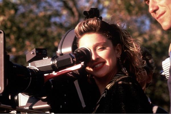 Madonna regarde dans une caméra