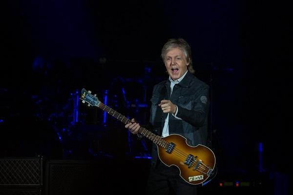 Paul McCartney sur scène le doigt tendu vers le public