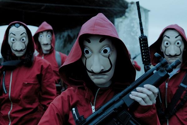 Quatre membres de la sérei Casa de Papel avec un masque et des armes