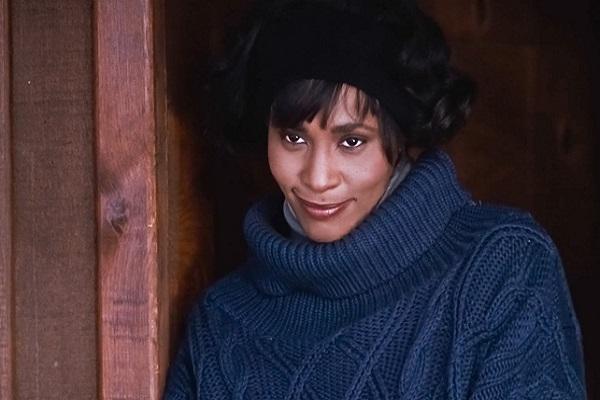 Whitney Houston pull bleu, sourire, film Bodyguard