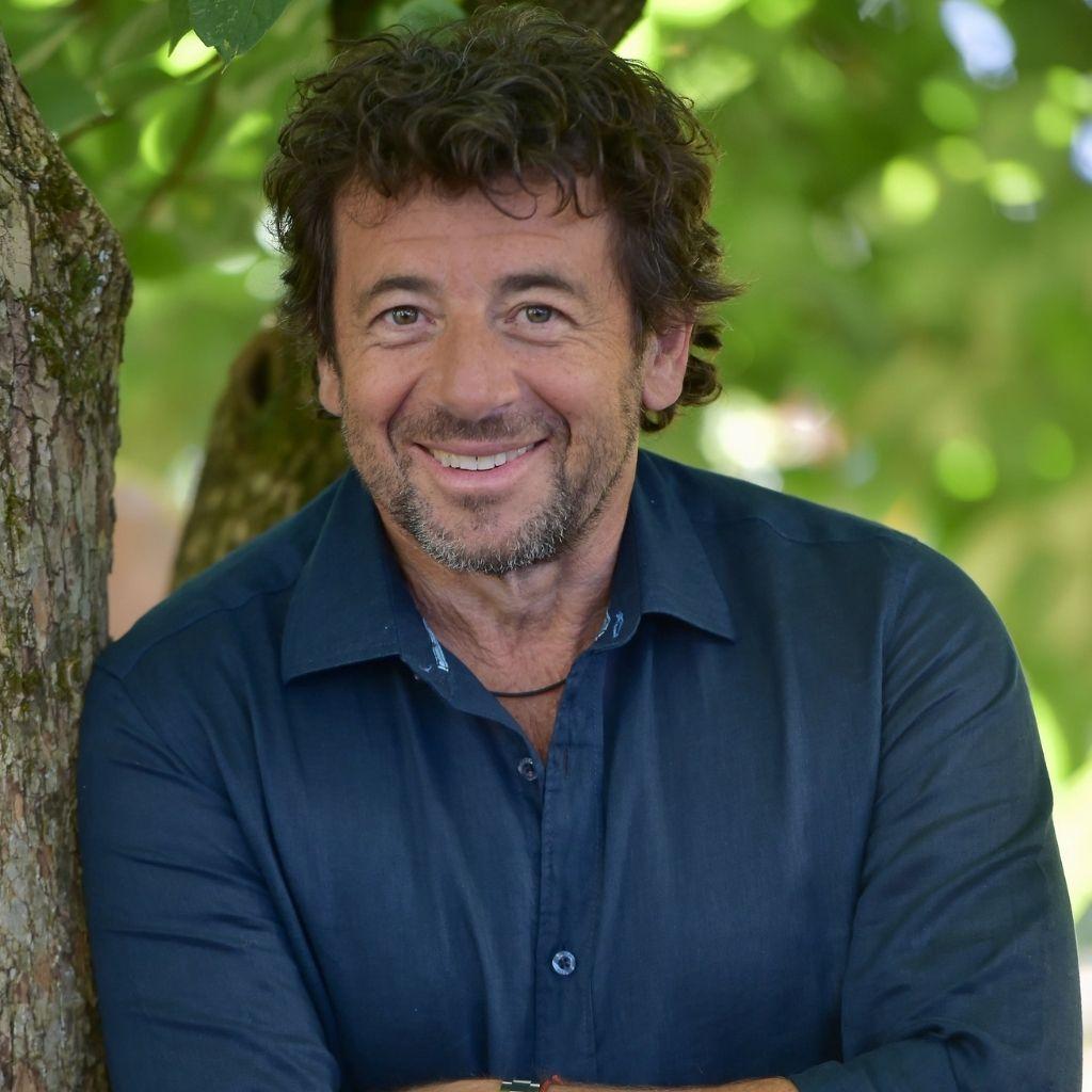 Patrick Bruel contre un arbre