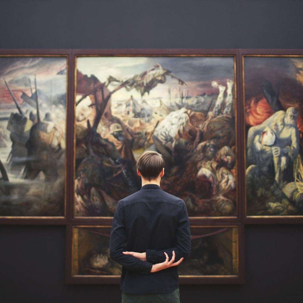 Homme dans un musée