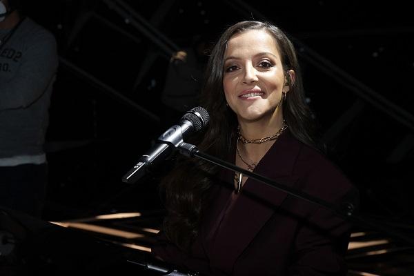 Camille Lellouche souriante à son piano