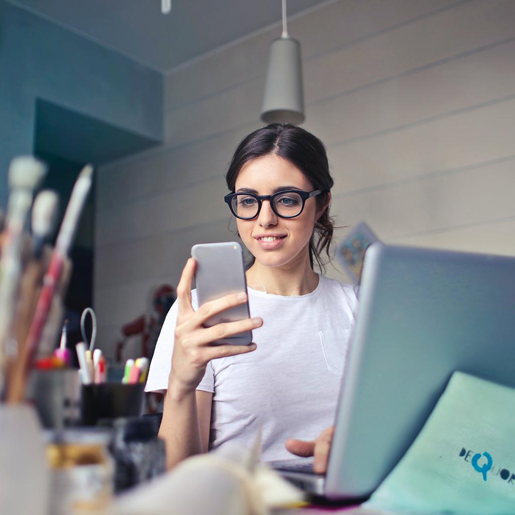 Jeune travailleuse sur son smartphone