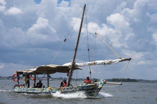 Flipflopi bateau à base de plastique sur le lac Victoria