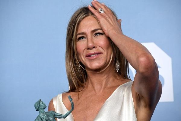 Jennifer aniston sourire main sur la tête