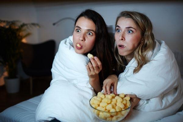 Filles regardent un film