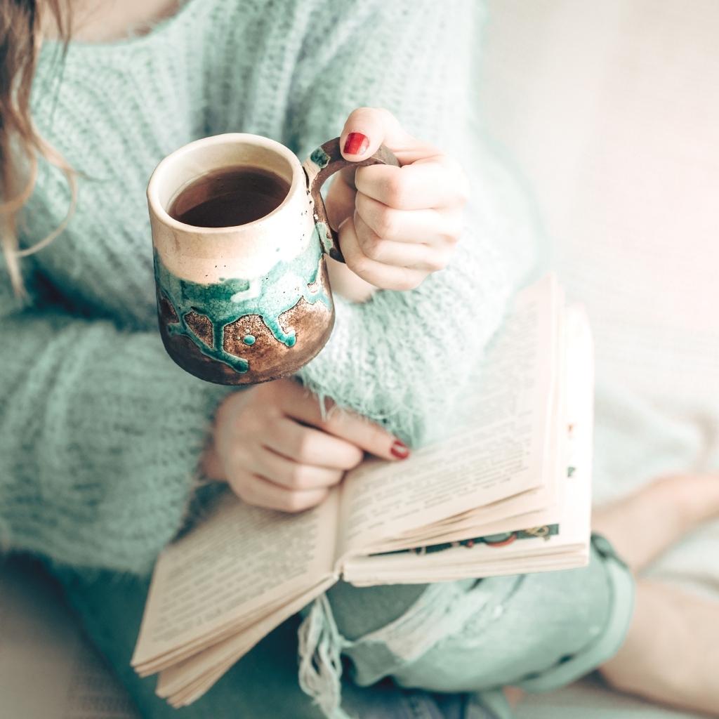 Une femme lisant un livre
