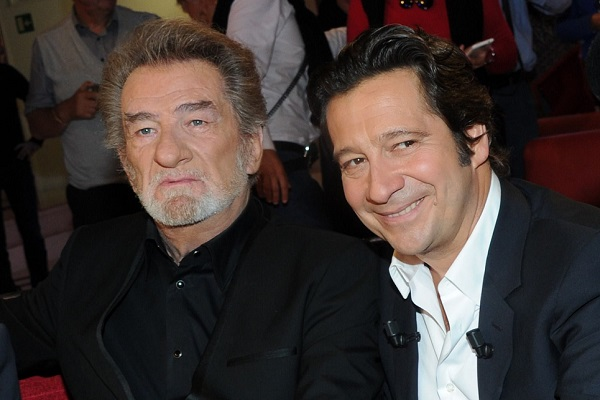 Eddy Mitchell et Laurent Gerra assis ensemble