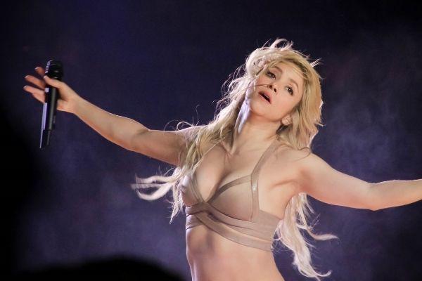 Shakira bras ouverts
