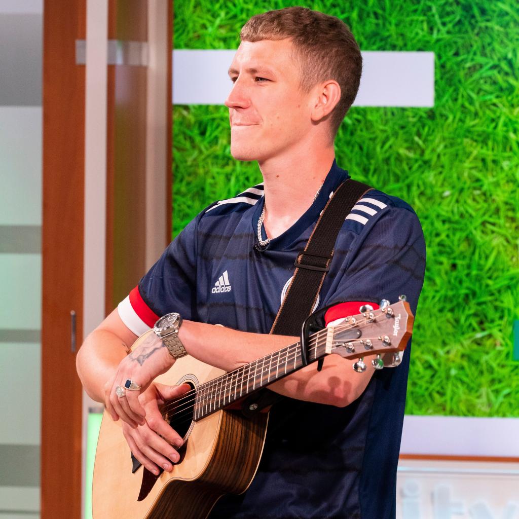 Nathan Evans avec sa guitare