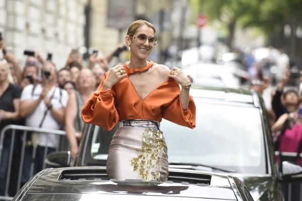 Celine Dion sur une voiture