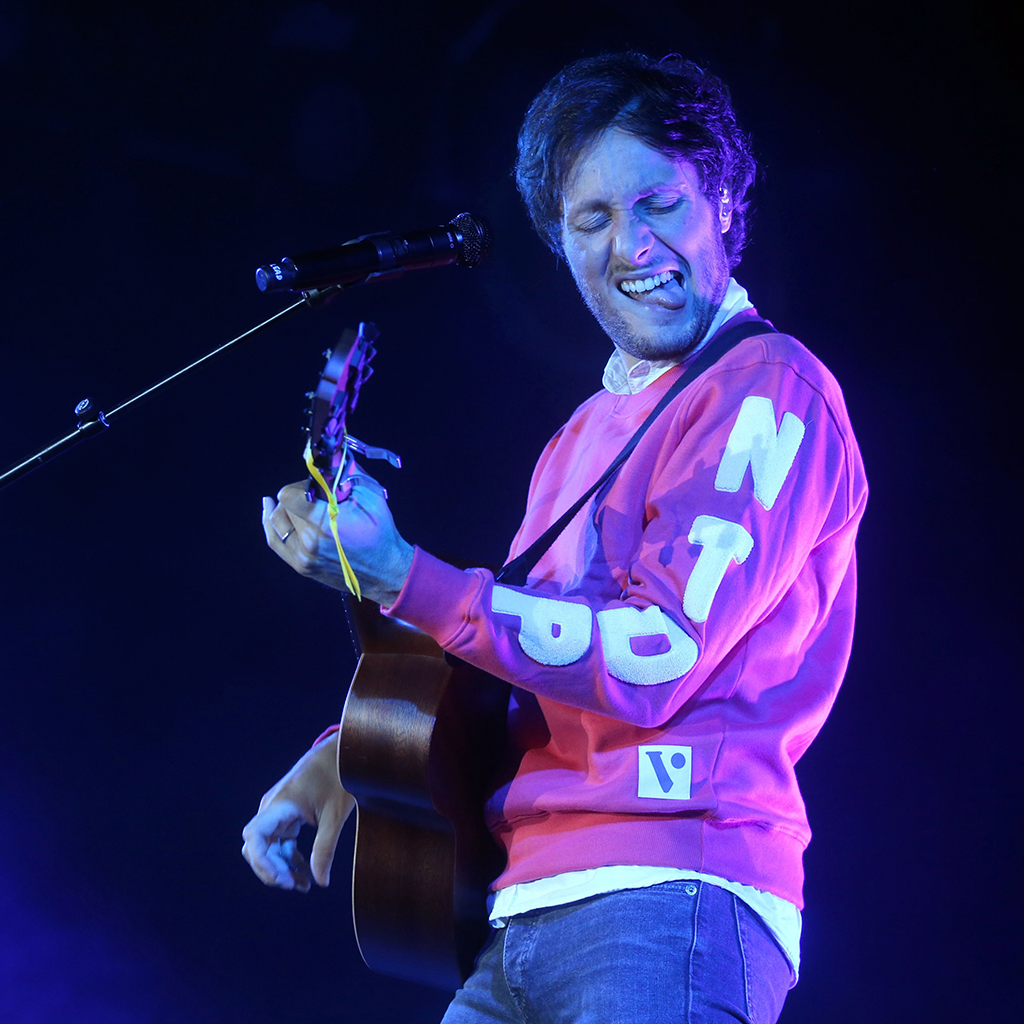 Vianney sur scène avec sa guitare