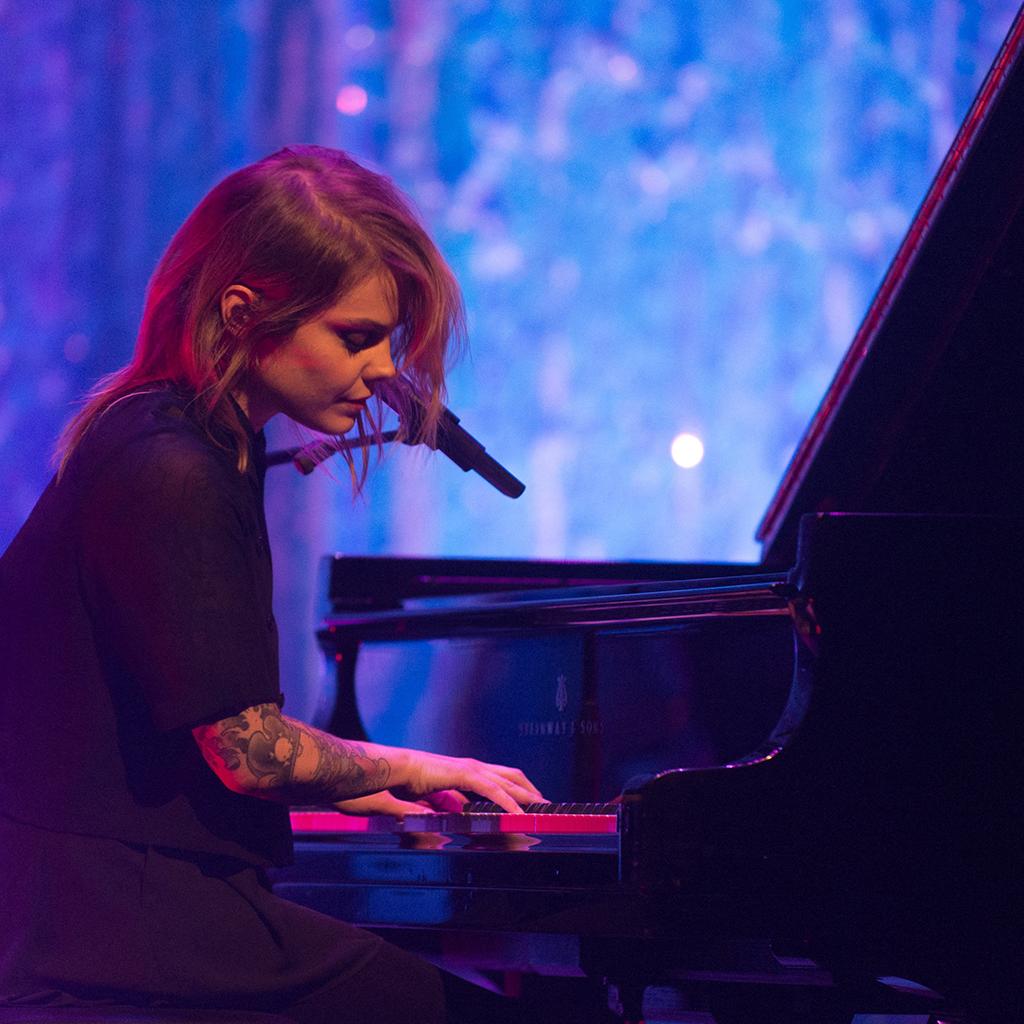 Coeur de Pirate au piano