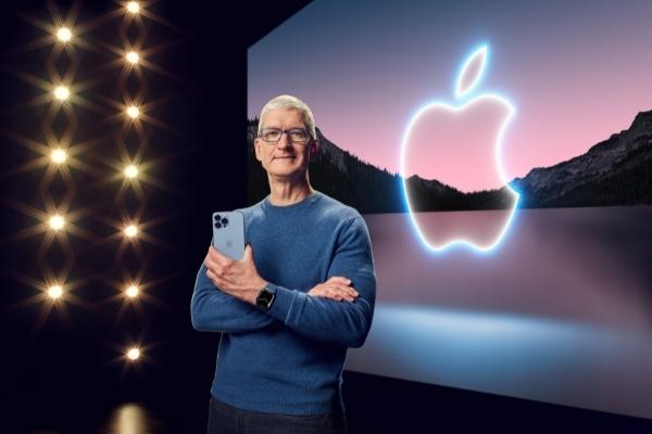 Tim Cook iPhone 13 Apple Watch Series 7
