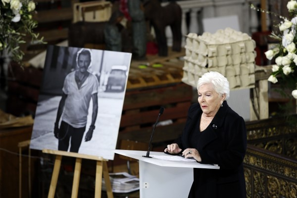 Line Renaud à l'enterrement de Johnny Hallyday