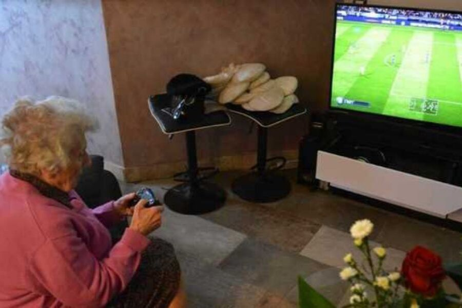 Une grand-mère fan de fifa - image 1