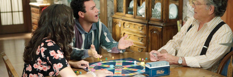 une famille joue au trivial pursuit